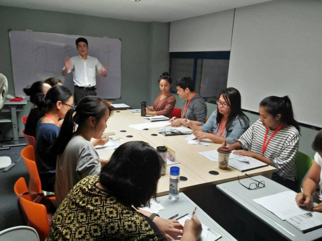 フィリピン講師たちの日本語教室の様子。